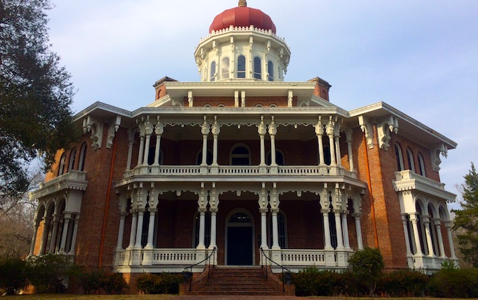 Exterior view of grand estate mansion in Natchez