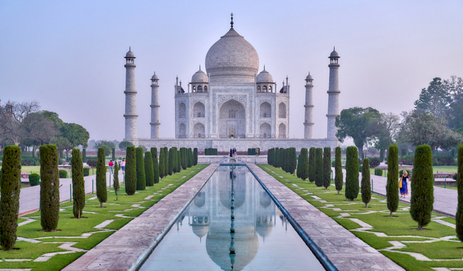 A classic picture of the Taj Mahal on a bright and sunny day in India